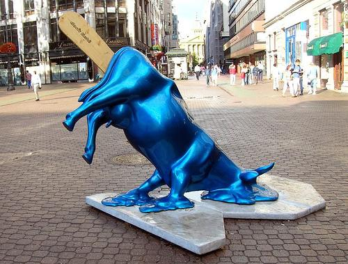 памятник синяя корова