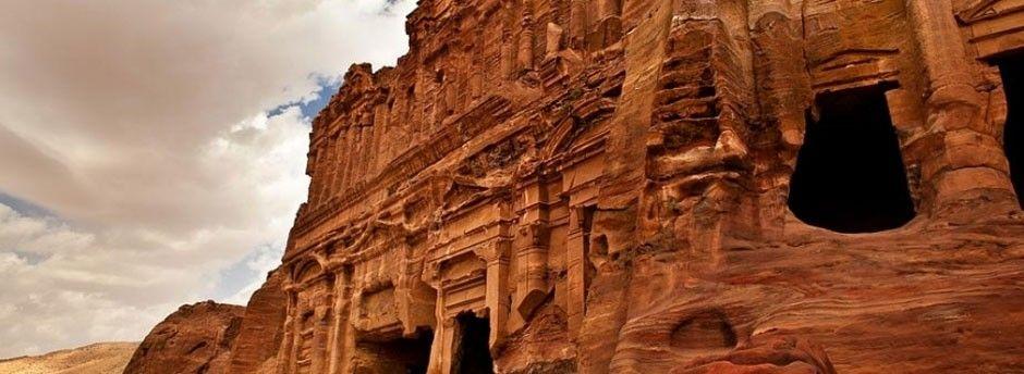 Древний город Петра относится к наследию ЮНЕСКО. Среди высеченных в камнях величественных храмах, в одной из каменных гробниц расположен уникальный Cave Bar
