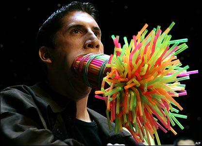 Марко Хорт держит во рту трубочки для питья