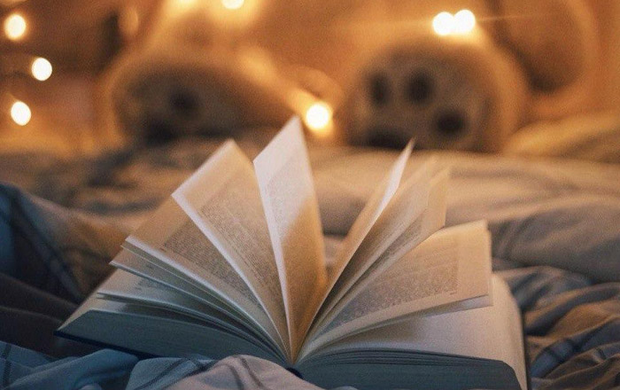 книга, чтение на кровати