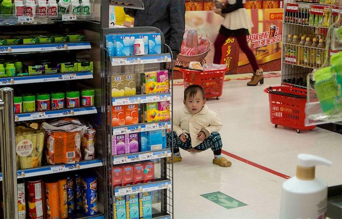 китайский ребенок в супермаркете