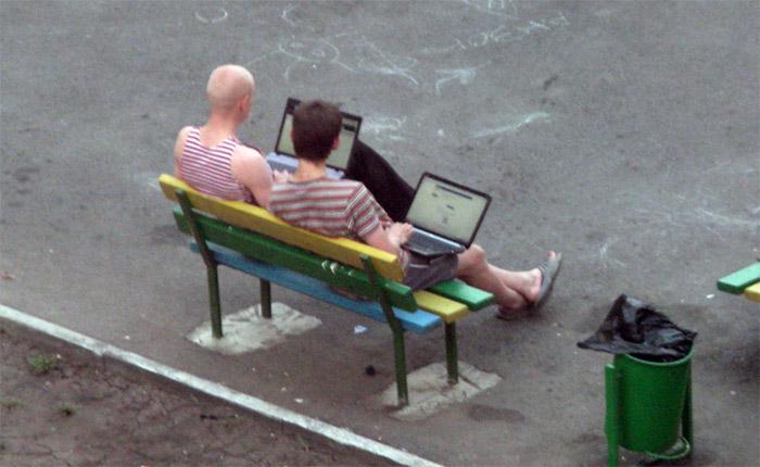 на улице с компьютером