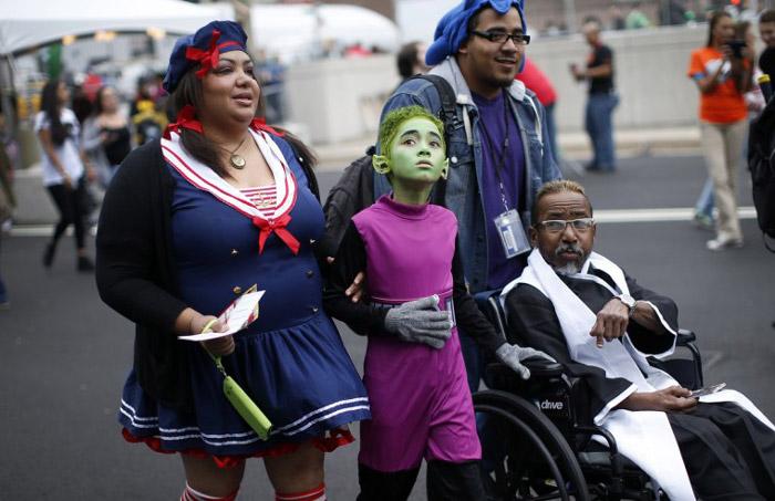 семья в костюмах